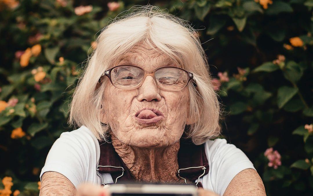Bild mit lustiger alter Frau zum Thema Rentenlücke